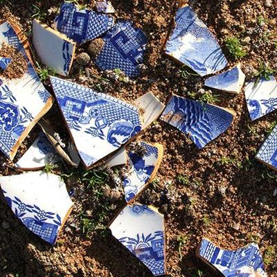 CHINA, PLATE, WILLOW, FRAGMENTS, PATTERN, BLUE, CROCKERY, SOIL, POTTERY, CERAMIC, ORIENTAL