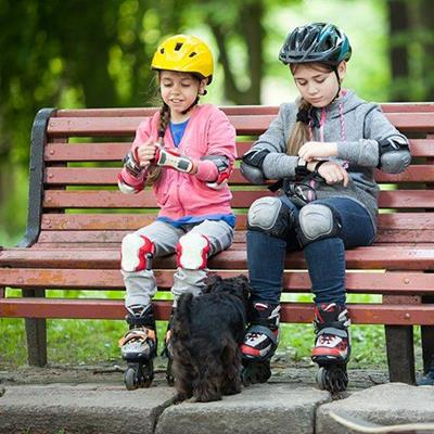 CRASHHELMET, FRIENDS, GIRLS, PUPPY, SKATES, BENCH, SEAT, KNEEPADS, WHEELS, PARK