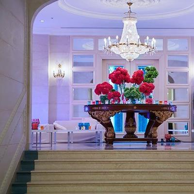 CHANDELIER, STAIRCASE, TABLELEGS, FORMAL, DECORATION, FLORAL, ORNAMENT, SOFA, VASE
