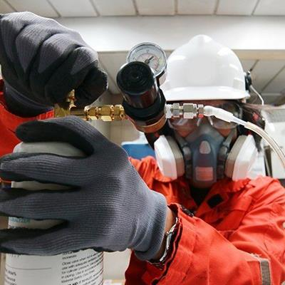 GAS, GLOVES, HELMET, CANISTER, PRESSURE, WATCH, TECHNICIAN, MASK, GAUGE, DIAL, HOSE, GLASSES